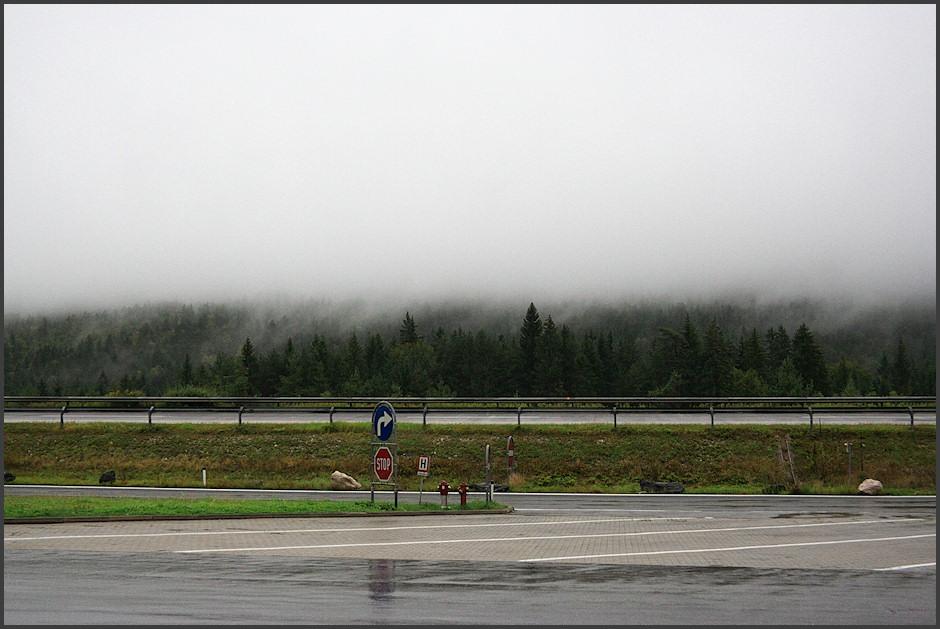Z benzínky u Arnoldsteinu nedaleko Villachu - tohle je dùvod, proè z pøejezdu Alp nemáme jedinou fotografii. Takhle jsme si Alp užívali celou cestu - v lepším pøípadì dohlednost tak 100 metrù.
