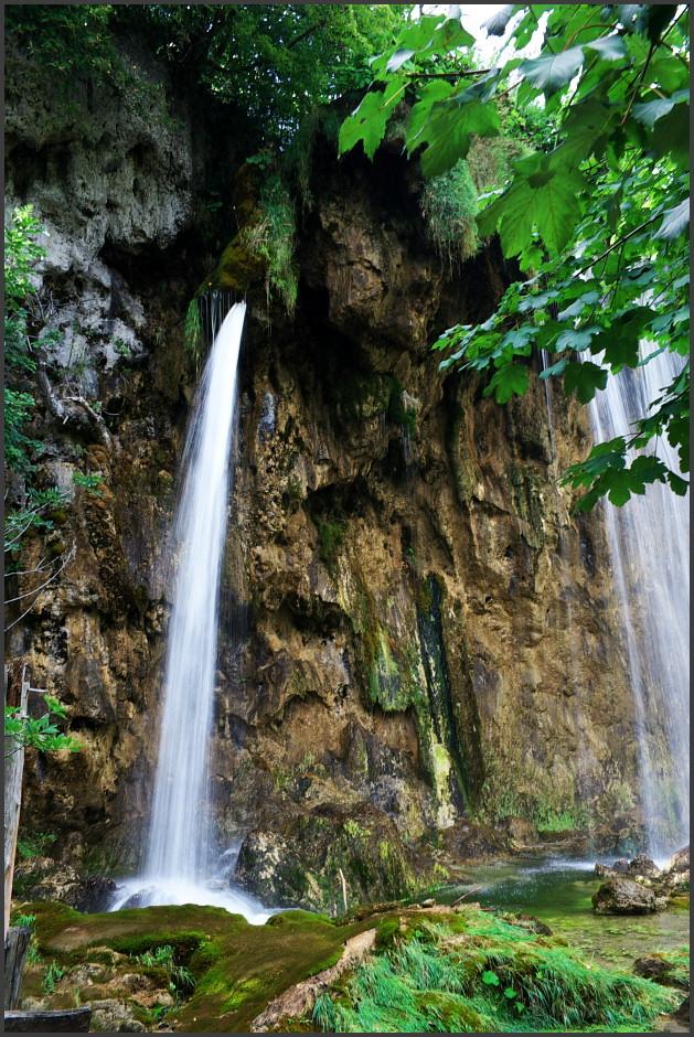 S vodopády je tu velká potíž - najít nìjaký použitelný úhel, aby na fotce vypadaly dobøe, nesejít ze stezky (nesmí se, by to spousta lidí dìlala) a vyhnout se v zábìru pózujícím turistùm je dost problém.