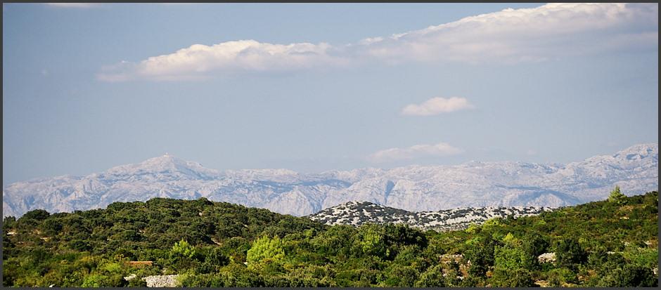 Biokovo, vlevo nejvyšší vrchol Sveti Jure s vysílaèem. Sveti Jure mìøí cca. 1670m