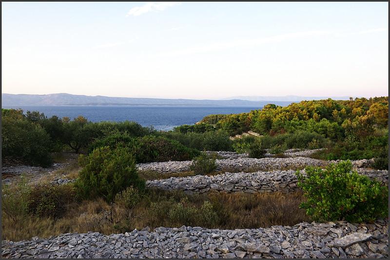Díváme se na ostrov Hvar a vzadu je slabì vidìt i pevnina a Biokovo