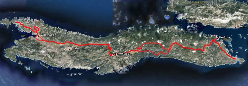 """Ètvrtý den - výlet do mìsta Vela Luka. Cestou tam jsme jeli opìt kolem Pupnatske Luky, cestou zpátky jsme se vraceli (už potmì) po magistrále. Nad Vela Lukou je vidìt naše zajížïka k jeskyni ve svahu nad mìstem, a také náš výlet na západní cíp ostrova """"za západem"""" (tradice - kdykoliv jsem nìkde na ostrovì, musím se pokud možno podívat na všechna nejzazší místa a v pøípadì západního cípu ještì nafotit západ slunce)."""