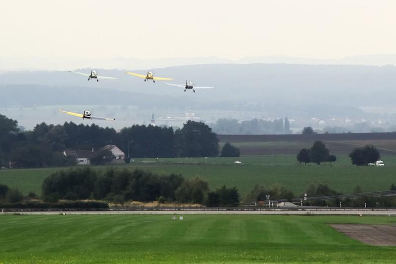 Čtveřice Zlínů startuje ke své sestavě letu ve formaci