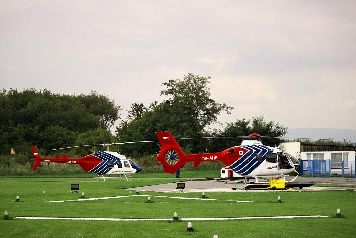 V pozadí druhý záchranářský vrtulník Bell 206L, který v letech 1996-2003 sloužil jako Kryštof 04 v Brně. Předpokládám, že v Olomouci zaskakoval za svého modernějšího brášku, který se zatím předváděl na leteckém dni.