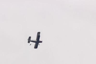 Parašutisti, vyskakující z Antonova An-2
