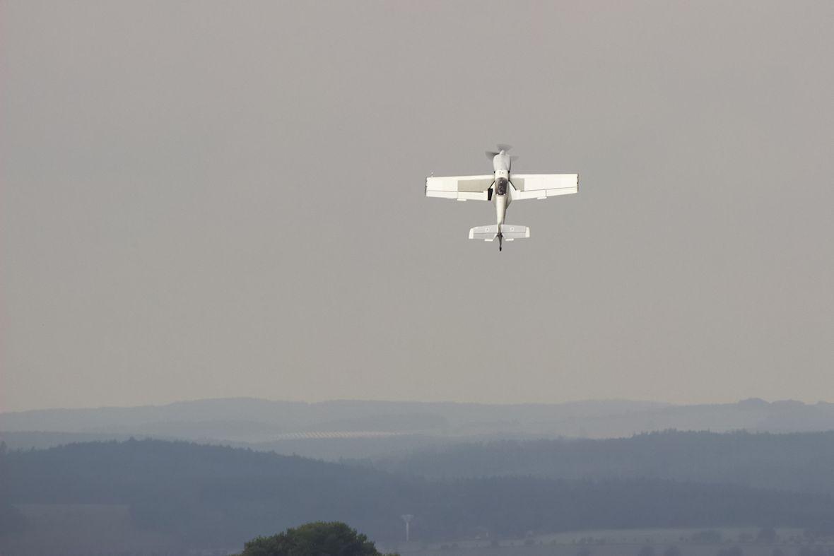 Pilot akrobatického Zlínu Z50 to prakticky hned po odlepení od země vzal přímo vzhůru