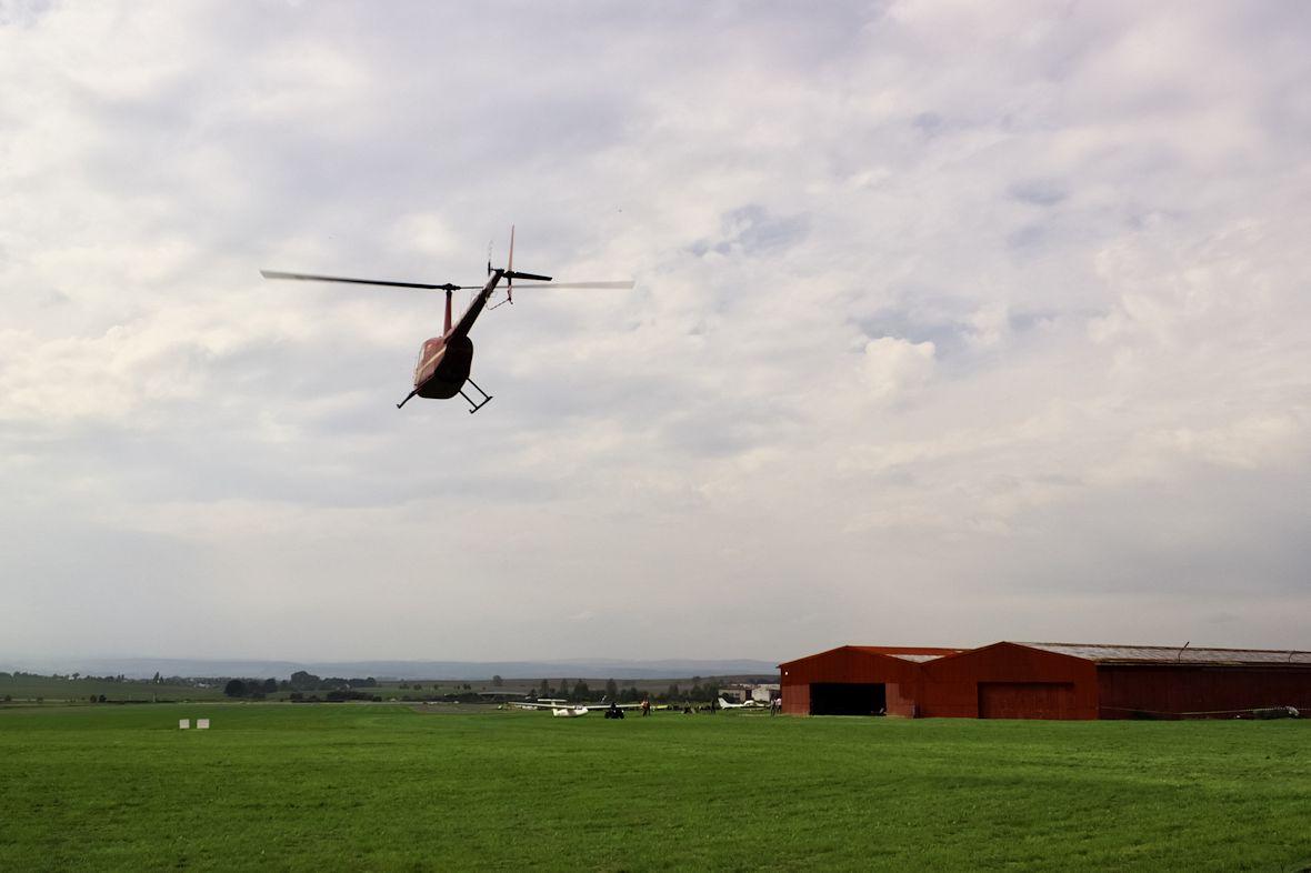 Vrtulník Robinson R44 se na letiště vracel každou chvíli a při každém průletu nad mou hlavou letěl o kus níž. Trochu pilota podezřívám, že se tím bavil.