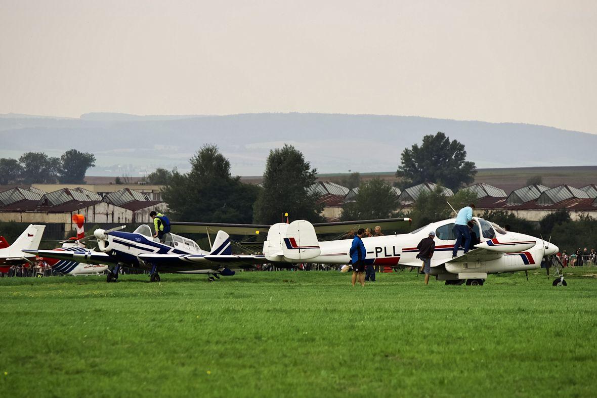 Zlín Z-526F, taktéž často využívaný Hanáckým aeroklubem jako vlečná, a Let L200 Morava