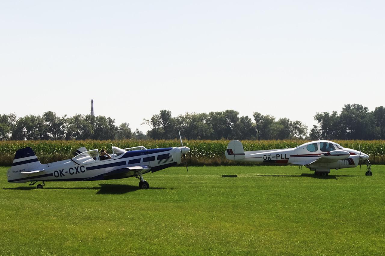 Tříčlenná motorová letka Hanáckého aeroklubu na startu.