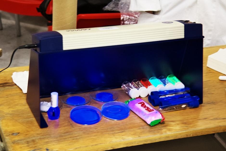 Efekty UV lampy na různé látky (fotoaparáty mají s UV a obecně fialovým světlem trochu problémy, takže se tu jemně modrofialová jeví jako podstatně sytější modrá, než ve skutečnosti)