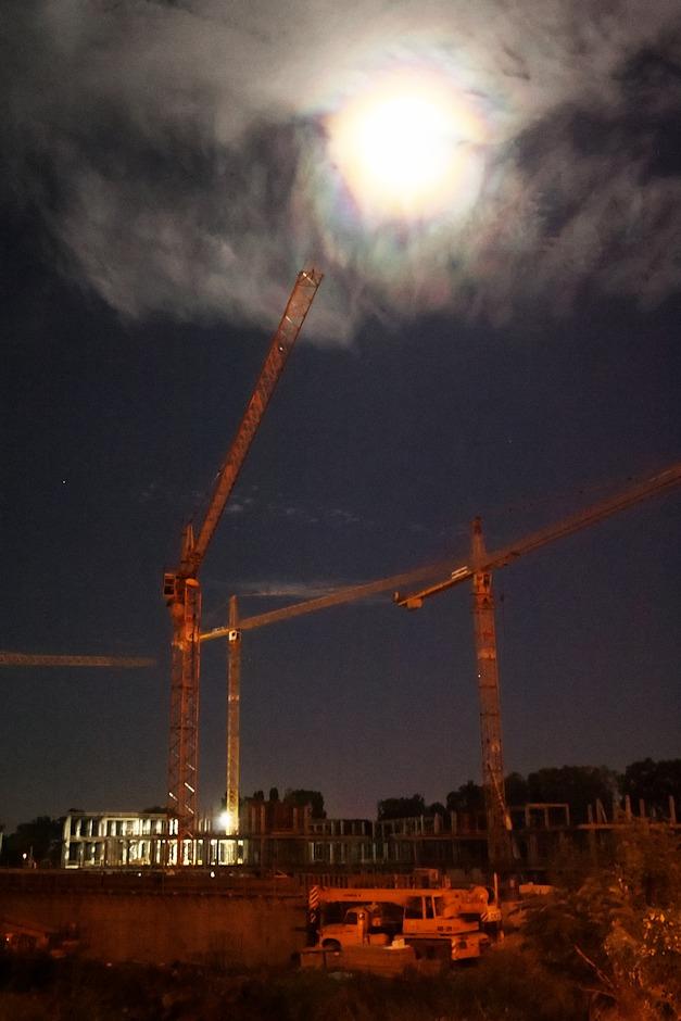 Měsíční halo nad staveništěm areálu Šantovka