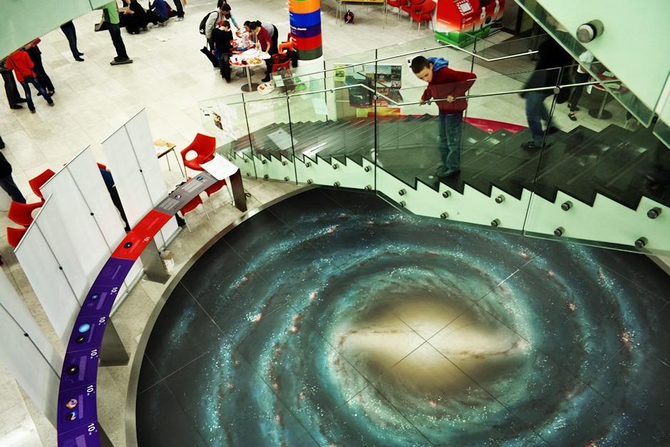 Mléčná dráha pod schodištěm Univerzity Palackého