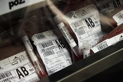 Uskladněné červené krvinky. Jak jsme byli informování, dnes už přijdou se skutečnou identitou dárce v kontakt jen přímo v kartotéce, zbytek probíhá čistě strojově prostřednictvím čárových kódů. Ale v případě nutnosti je samozřejmě možné od daného dárce snadno vyhledat veškerou krev.