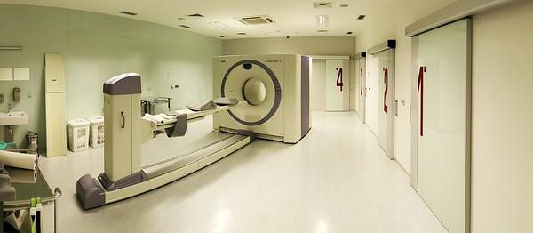 PET. Vpravo dveře do čtyř kabinek, v nichž pacienti čekají zhruba hodinu, než dojde k optimální aktivaci injektovaných radioizotopů.