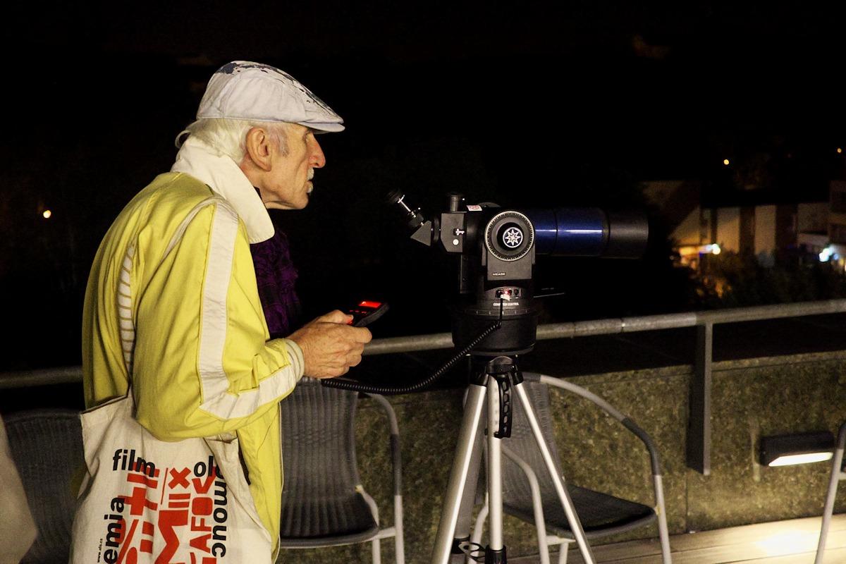 Astronomové měli vytažený jen malý pozorovací dalekohled na azimutální montáži, kterým se, alespoň během naší přítomnosti, návštěvníci koukali na olomoucké památky.