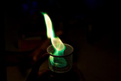 Zelený plamen je způsobený přítomností bóru, pokud si pamatuji správně