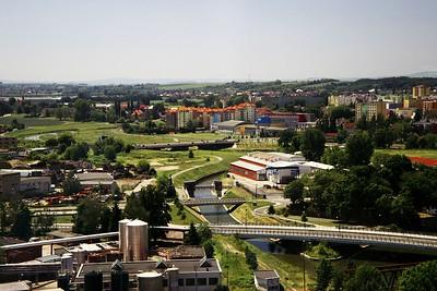 Detailnější pohled na most přes Moravu na Velkomoravské a sídliště Nové sady