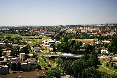 Pohled z BEA centra po proudu Moravy směrem k mostu na Velkomoravské a sídlišti Nové sady