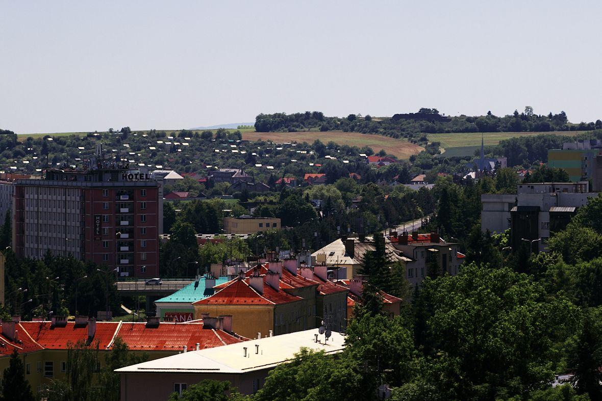 Hotelový dům a v pozadí na kopci slavonínský fort