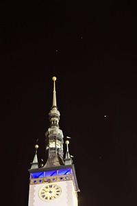 Blíženci nad radnicí (a dole Jupiter)