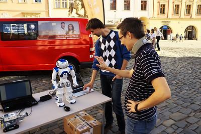 Robot NAO přírodovědců z Ostravské univerzity, který může pomáhat i autistům.  Video s robotem: https://www.youtube.com/watch?v=UaaNS3XYVug