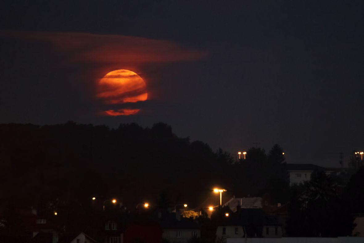Tahle fotka je zkažená, protože jsem si nevšiml, že mám špatně zaostřeno, ale bylo mi líto ji vyhodit. To je Měsíc, mimochodem, nikoliv Slunce. Konkrétně zapadající Měsíc.