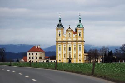 Kostel v Dubu na Moravě (focený přes čelní sklo auta)