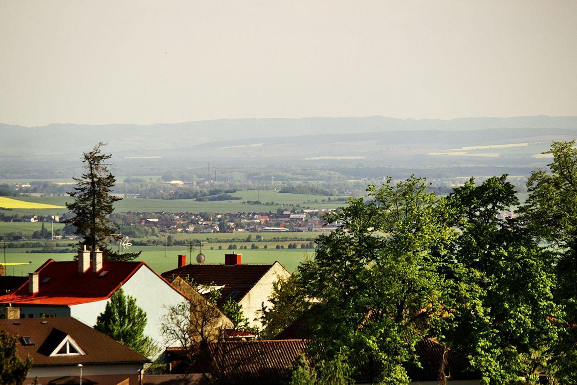Pohled z věže rozhledny směrem na jih na Velký Týnec.