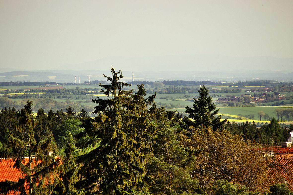 Pohled z věže rozhledny mírně na jihovýchod. Nejvzdálenější hřeben v dálce už je pravděpodobně Slovensko někde u Trenčína.