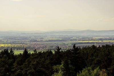 Pohled z věže rozhledny směrem na západ na Tovéř a dál na Litovelské pomoraví.