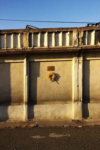 Pamětní deska na zazděných boxech.  A commemorative plaque at the walled up pit stalls.