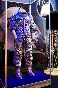Skafandr z období misí Gemini, ale jaký přesně, to si bohužel nepamatuju. Standardní skafandry během těchto misí totiž rozhodně vypadaly jinak.