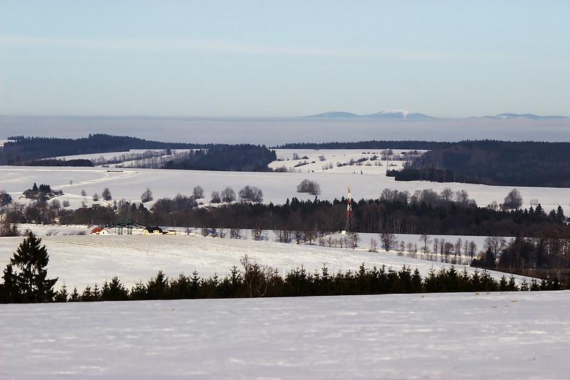 """Ze """"hřebene"""" u Sulkovce byl krásný výhled až na Králický Sněžník, vyčnívající z inverzní oblačnosti."""