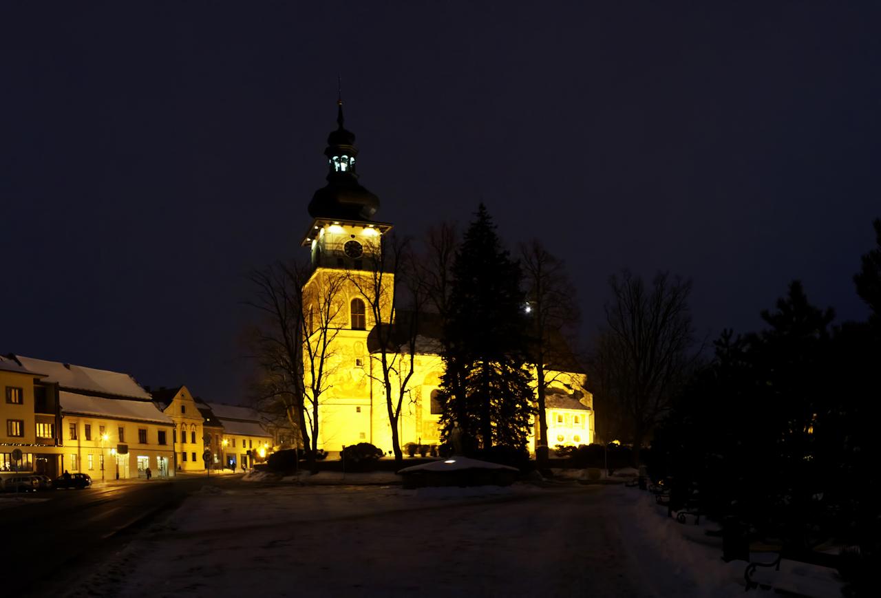 Ještě jeden večerní návrat ke kostelu v Novém Městě, tentokrát bez rozsvíceného stromu