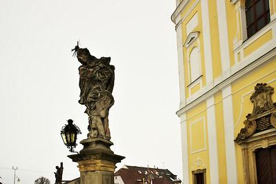 Socha panny Marie Sedmibolestné před kostelem v Bystrém