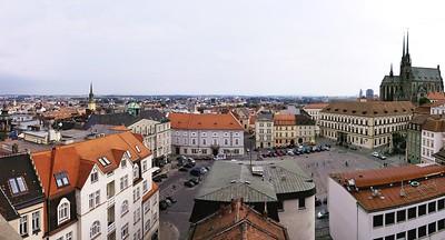 Výhled z brněnské radnice směrem na východ, náměsti dole je Zelný trh.