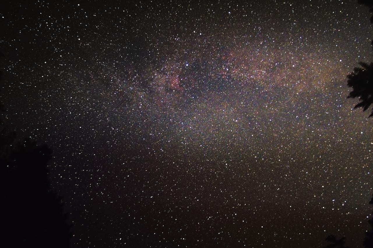 Neměl jsem s sebou vůbec žádnou smysluplnou výbavu, takže jsem tenhle snímek Mléčné dráhy v okolí Labutě pořídil alespoň s foťákem položeným na lavičce před Kateřinskou jeskyní. Je tam možné zahlédnout např. mou oblíbenou mlhovinu Severní Amerika (mírně nalevo nahoře od středu snímku). 4x30s ISO 1600, Canon 350D full spectrum mod, dark, bias.