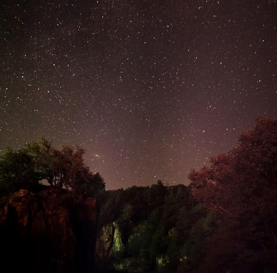 Dole mírně nalevo od středu snímku je vidět galaxie M31 v Androimedě