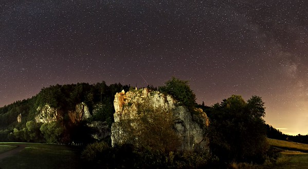 Vstupní areál Sloupsko-šošůvských jeskyní, v popředí skála Hřebenáč