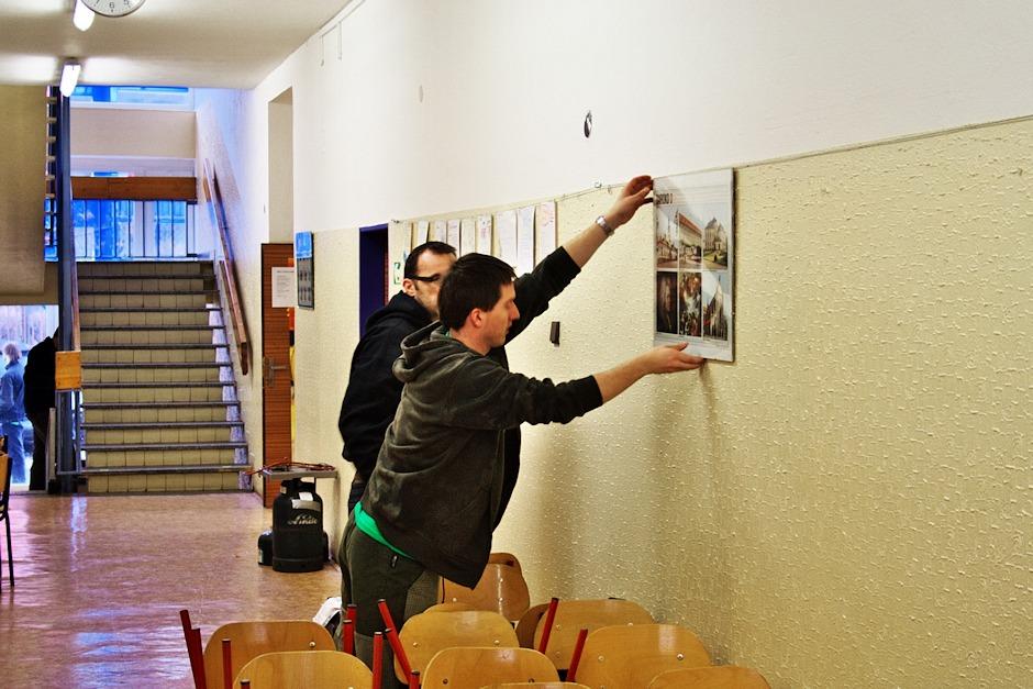 Umělci odjíždějí a na zdi se vrací propaganda