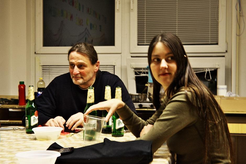 Janoš Vaculík netuší, že sedí u stolu s masovým vrahem. Tady ale není na fotografii s Kohym, alébrž s Edhel.