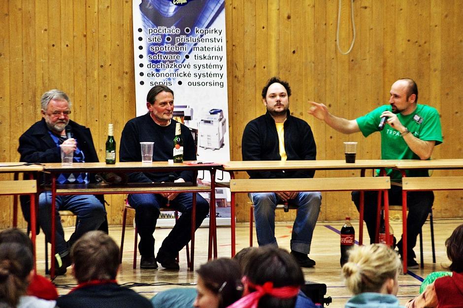 Martin Sobotka tvrdil, že dokáže sedět zcela nehnutě, ať se děje, co se děje. Kohy se mu chystá strčit prst do ucha, aby to ověřil.
