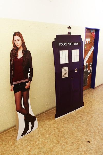 Amy Pond v údajně životní velikosti (podle mě ve skutečnosti neměří metr osmdesát, ale co já vím). TARDIS...not so much.