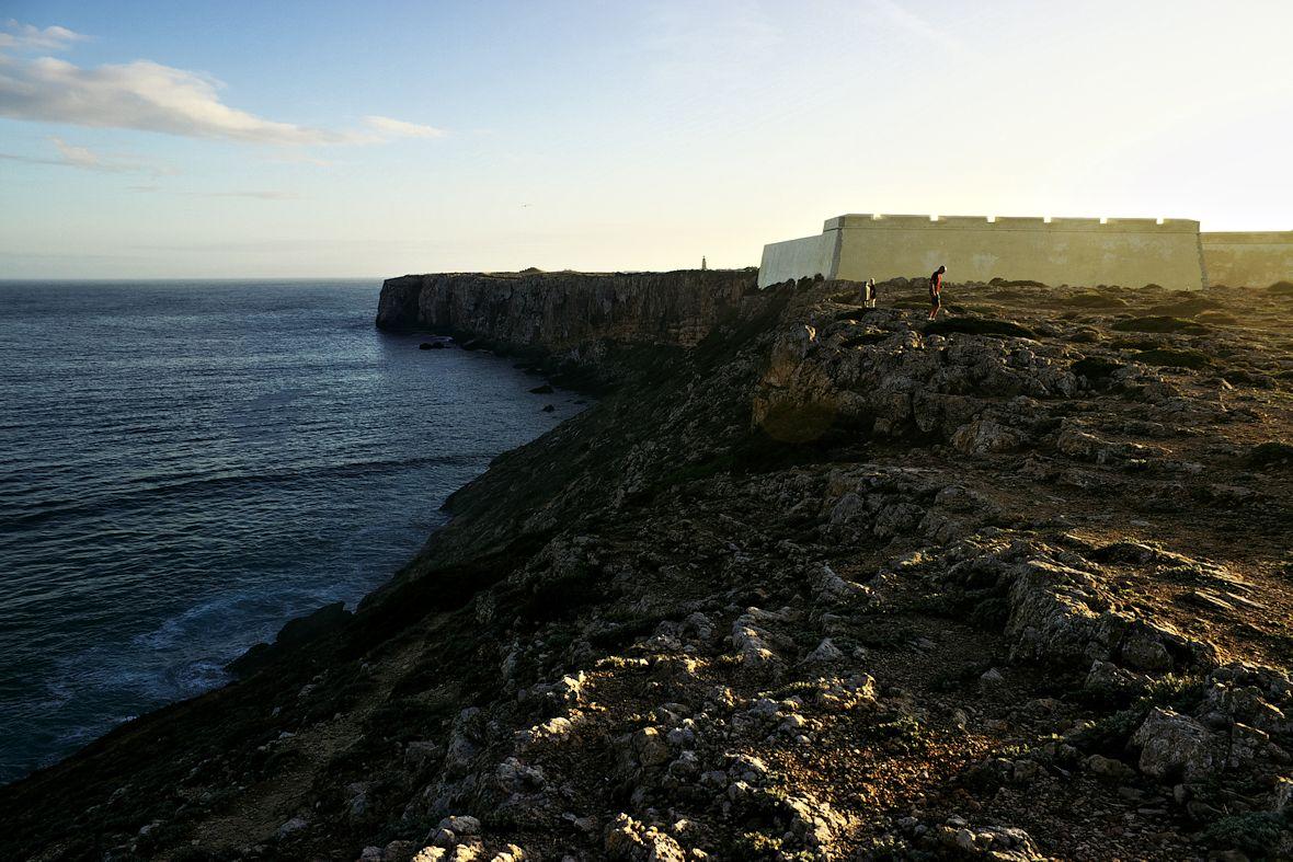 Pevnost Sagres a za ní mys Ponta de Sagres. Přístup na něj je ale pouze přes pevnost.