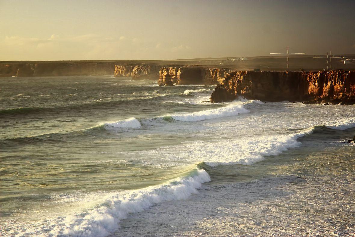 Na fotografii bohužel úžasná atmosféra toho okamžiku moc nevynikne, ale je třeba brát v potaz, že výška oněch útesů je zde nějakých 40 metrů. Výšku vln si z toho odvoďte...