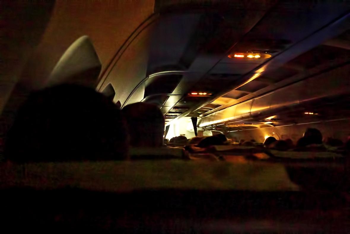 Už na zemi. Neodolal jsem a vyfotil si setmělou kabinu Airbusu 319, i když to znamenalo fotit na ISO 6400...
