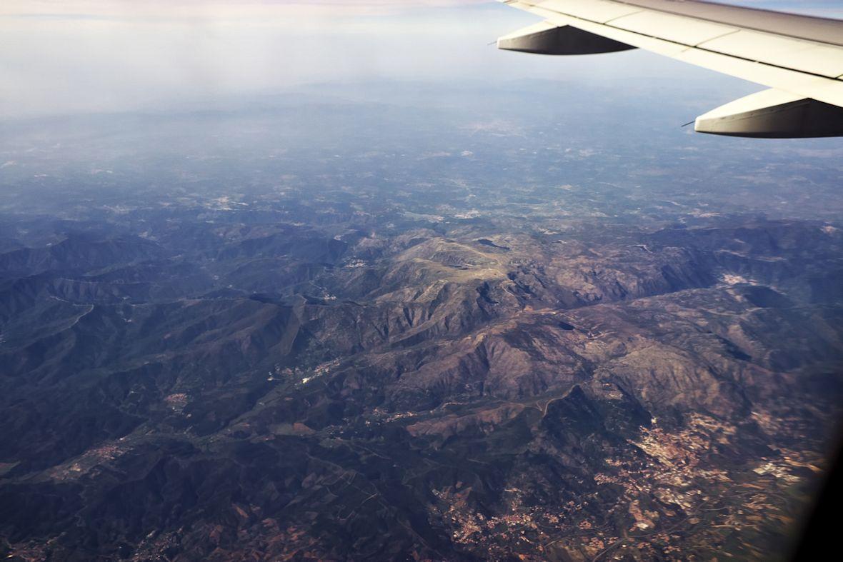 Pohled přes park Serra da Estrela, nejvyšší pohoří pevninského Portugalska, směrem k pobřeží. Dole vpravo Covilha.