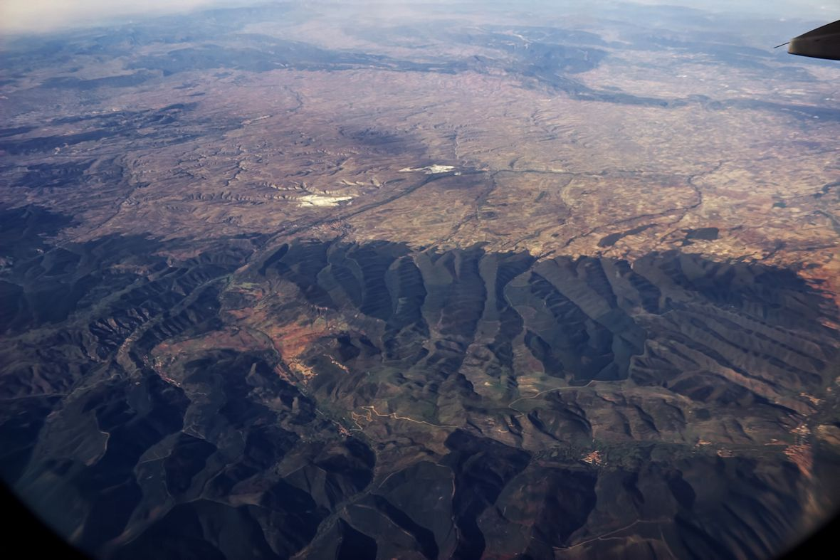 Kopce kolem měst Pradoluengo (nalevo dole) a Belorado (nalevo zhruba uprostřed)