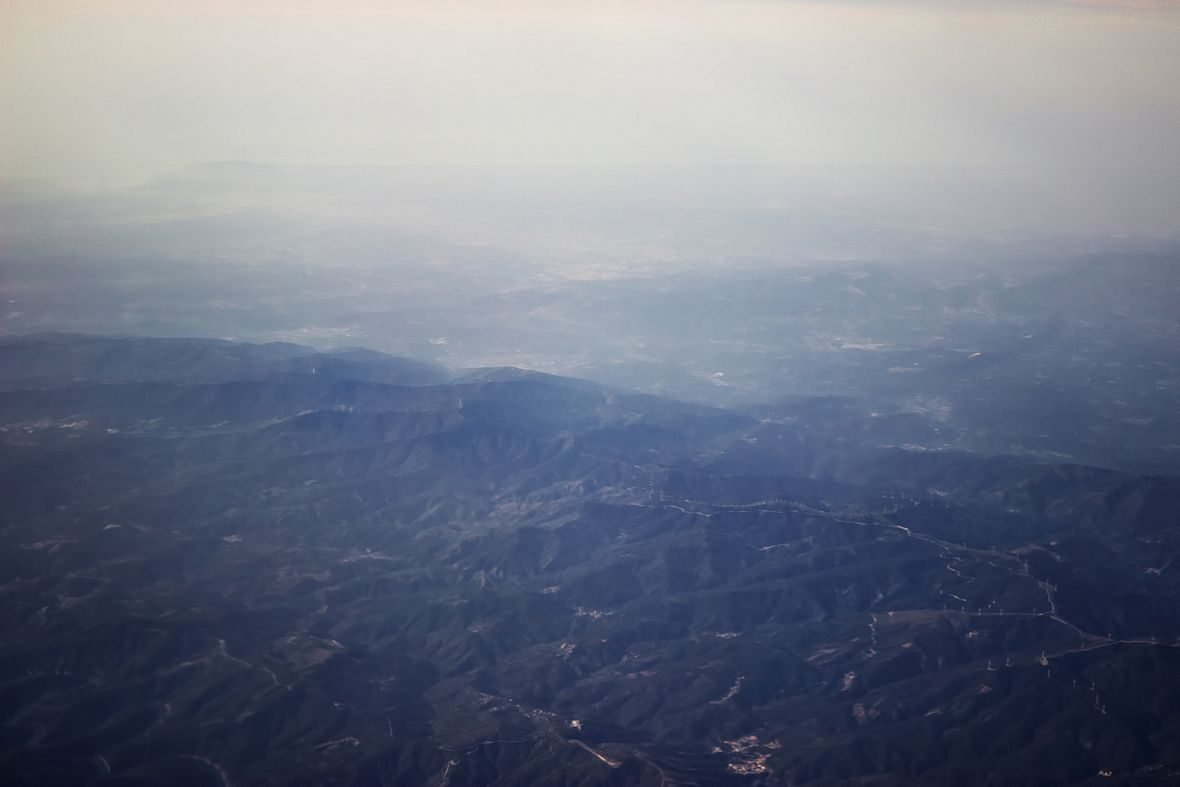 Tady je Coimbra vidět poměrně dobře, i když v oparu - uprostřed mírně nahoře za tím hřebenem