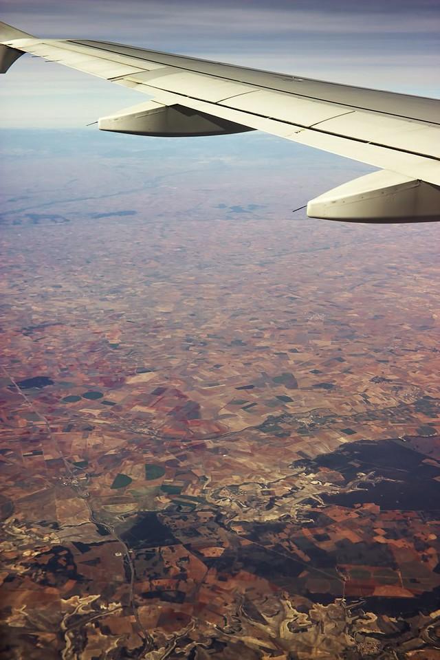 Mírně napravo dole vedle zalesněné plochy město Urueňa