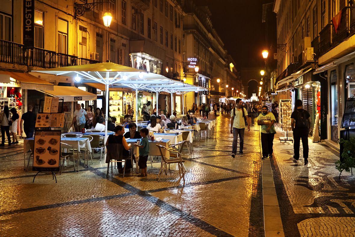Kavárny a restaurace na Rua da Augusta. Většina zdejších obchodů a podniků má otevřeno minimálně do jedné po půlnoci, někdy i do dvou.